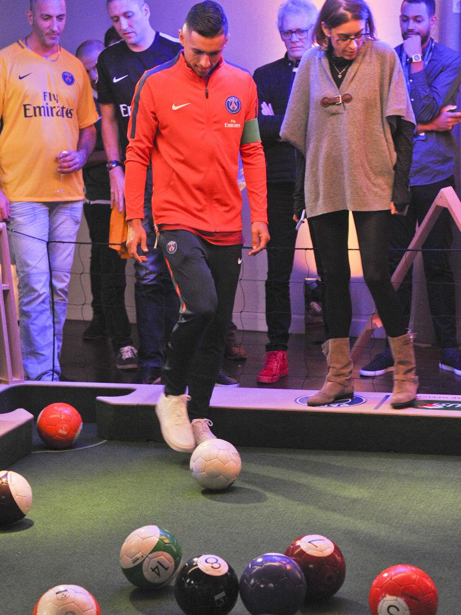 joueurs du Paris Saint Germain jouent au baby foot